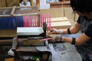 箸の製造工程は手作業が多い